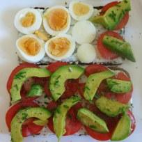 Vollkornbrot mit Magerquark, Tomate, Avocado, Ei und Schnittlauch